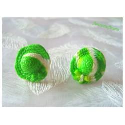 """Puces/Clous d'oreilles Fimo """"Chapeaux"""" Vert/Blanc"""