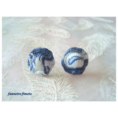 """Clous d'oreilles  """"Chapeaux"""" Bleu Marine et Blanc"""