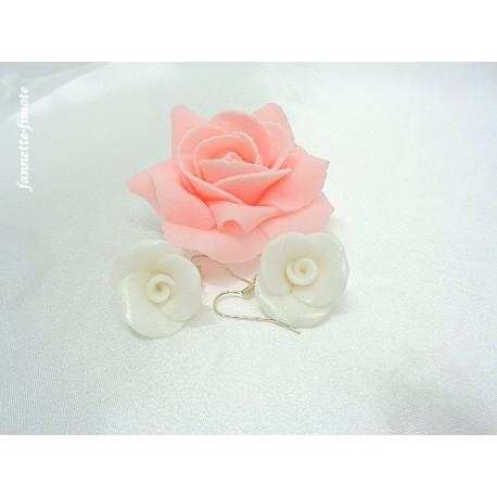"""Boucles d'oreilles Fimo Fleur """"Rose"""" Blanche pailletée"""